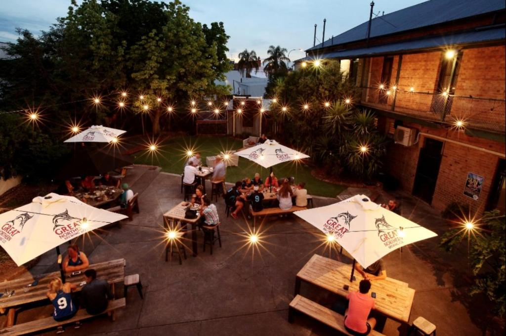 A restaurant or other place to eat at Belmore Hotel Scone