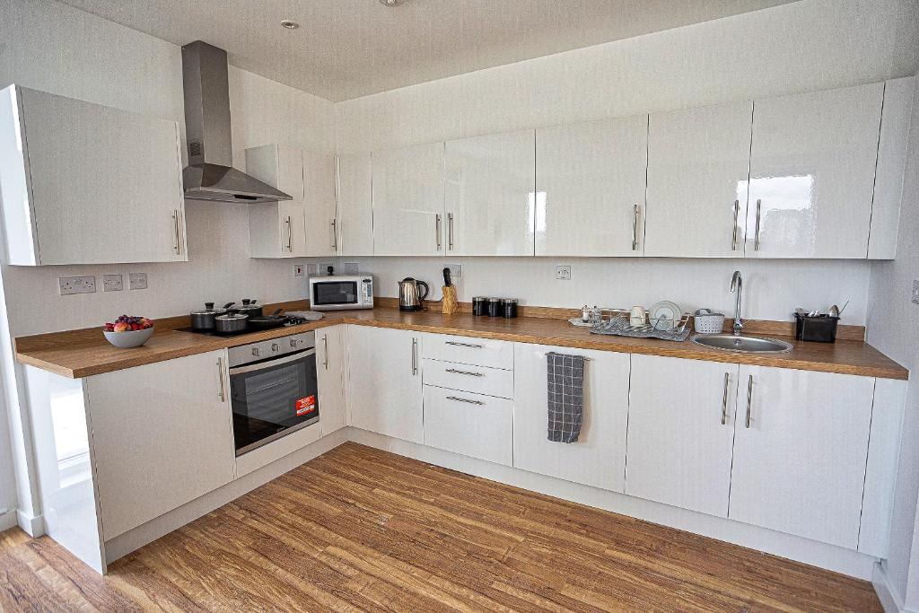A kitchen or kitchenette at Chatham Waters