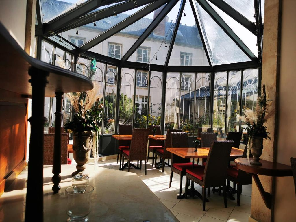 A restaurant or other place to eat at Hotel Des Prélats