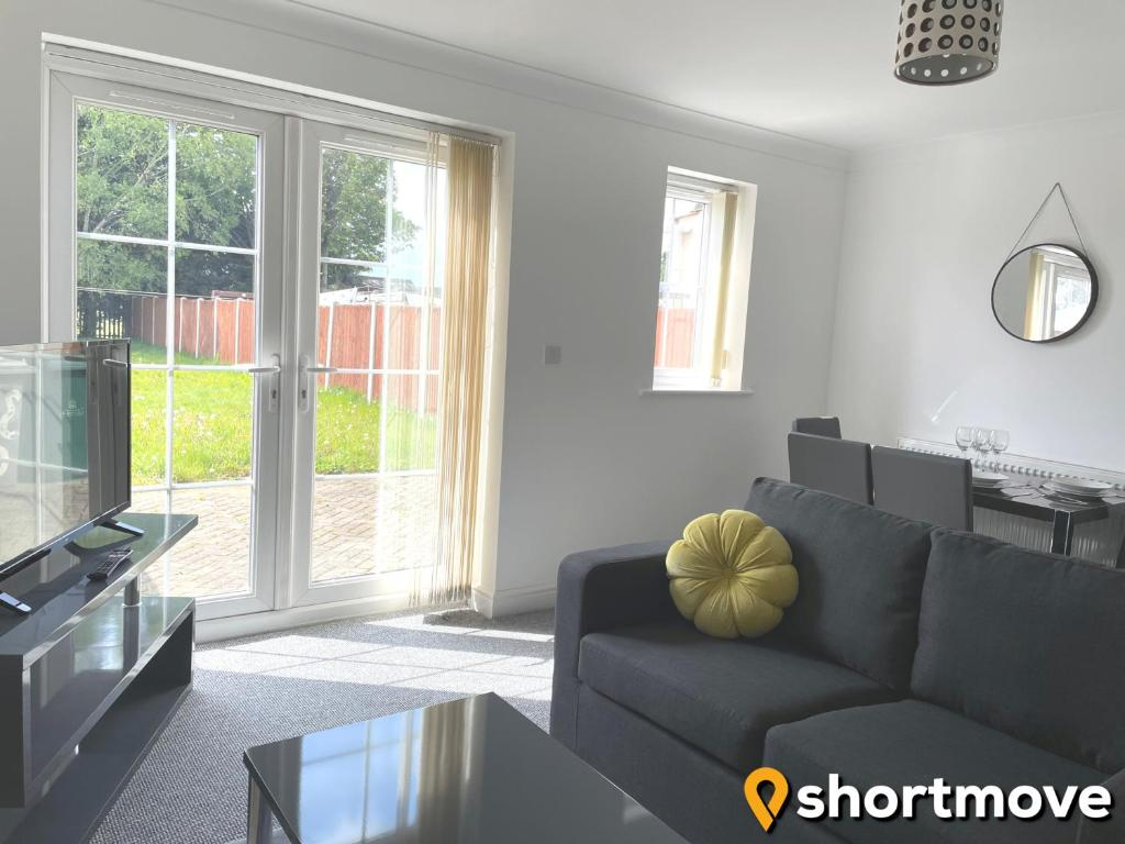 A seating area at SHORTMOVE - Contractors, 3 bed, Kitchen, Wifi, Garden