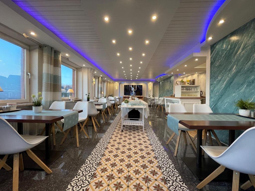 Ein Restaurant oder anderes Speiselokal in der Unterkunft Hotel Garni Kenny & Henry
