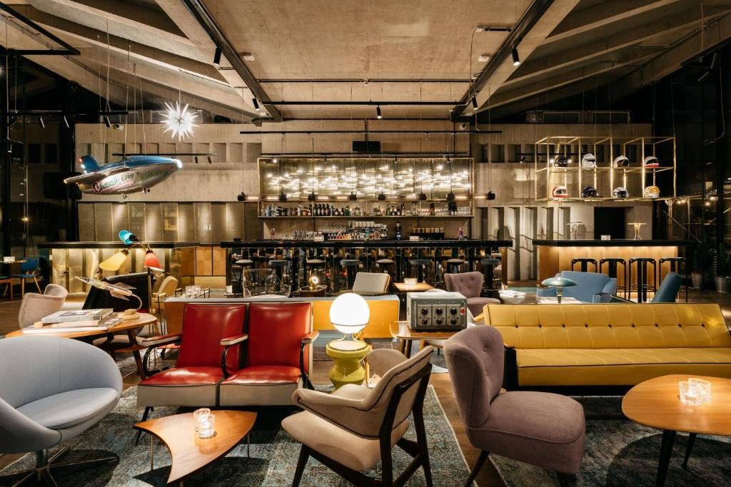 The lounge or bar area at Ruby Luna Hotel Dusseldorf