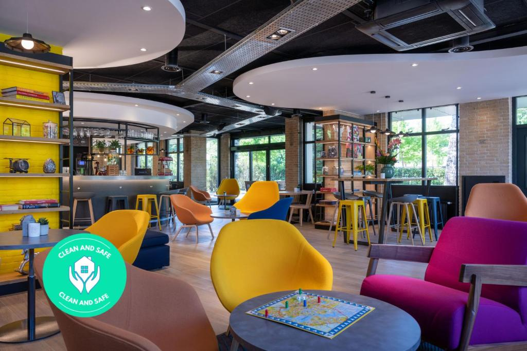 The lounge or bar area at Campanile Hotel & Restaurant Amsterdam Zuid-Oost