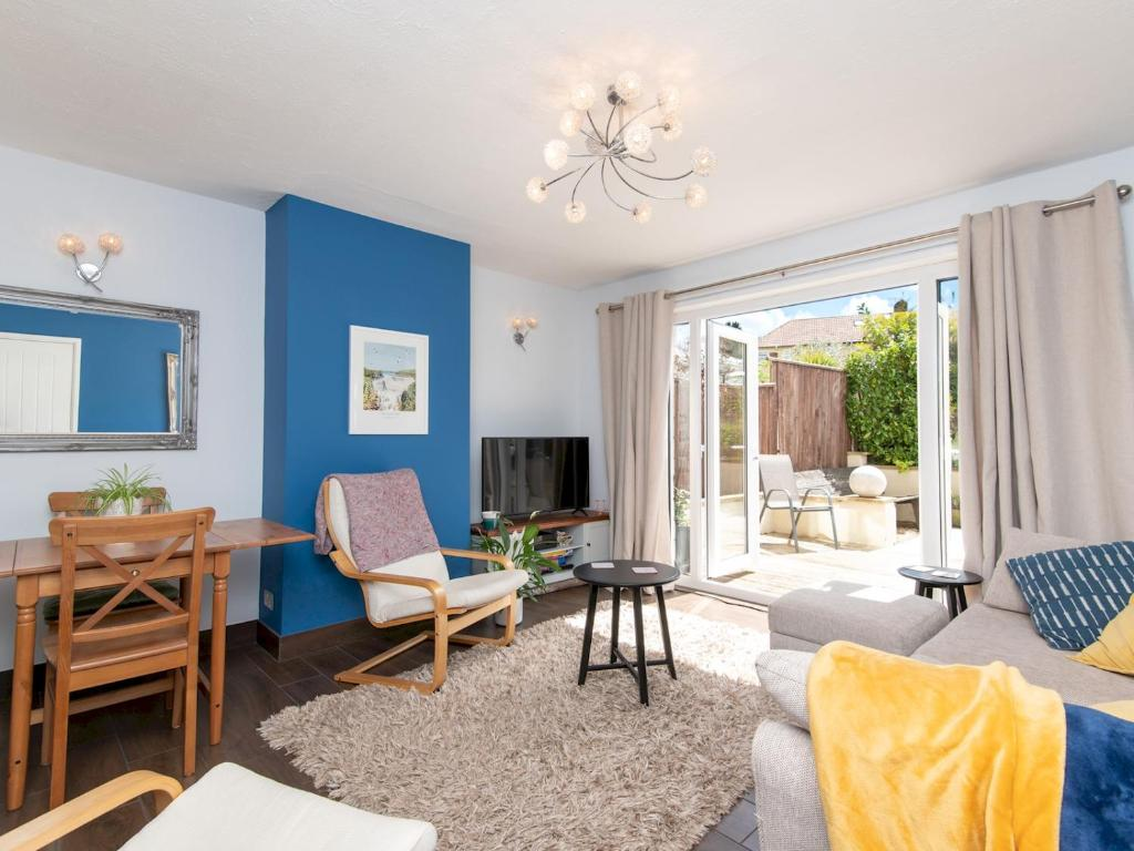 A seating area at Pass the Keys Bright 2Bedroom House in Bath