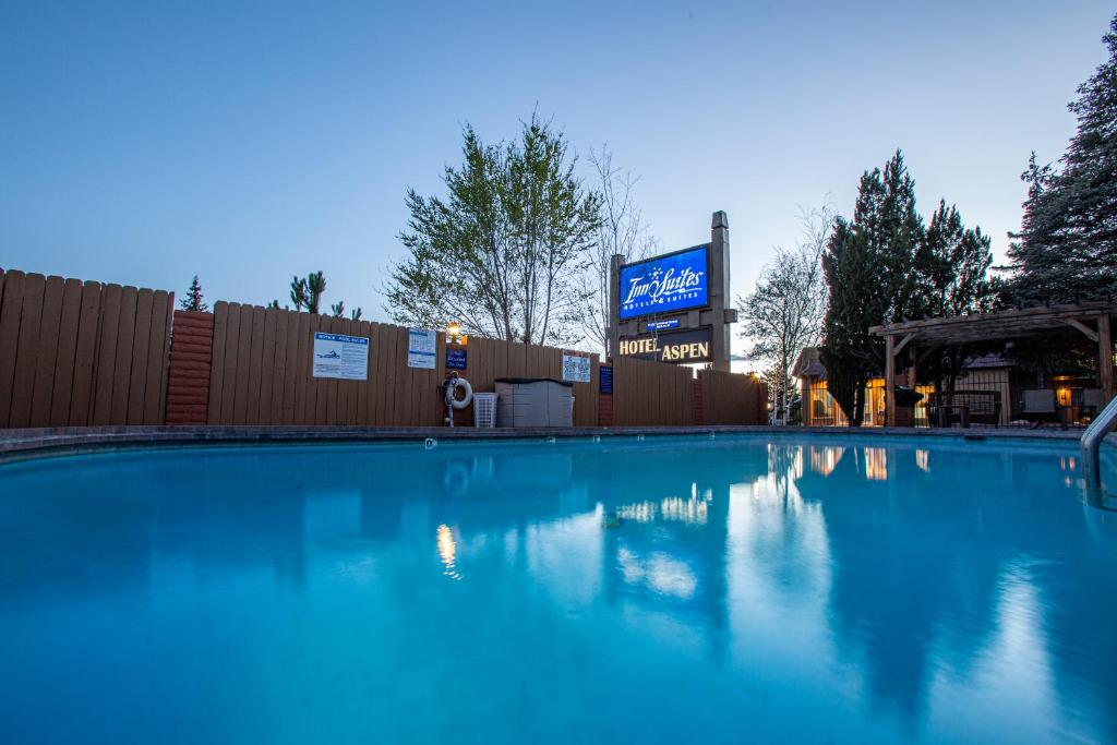 The swimming pool at or near Hotel Aspen Flagstaff/ Grand Canyon InnSuites