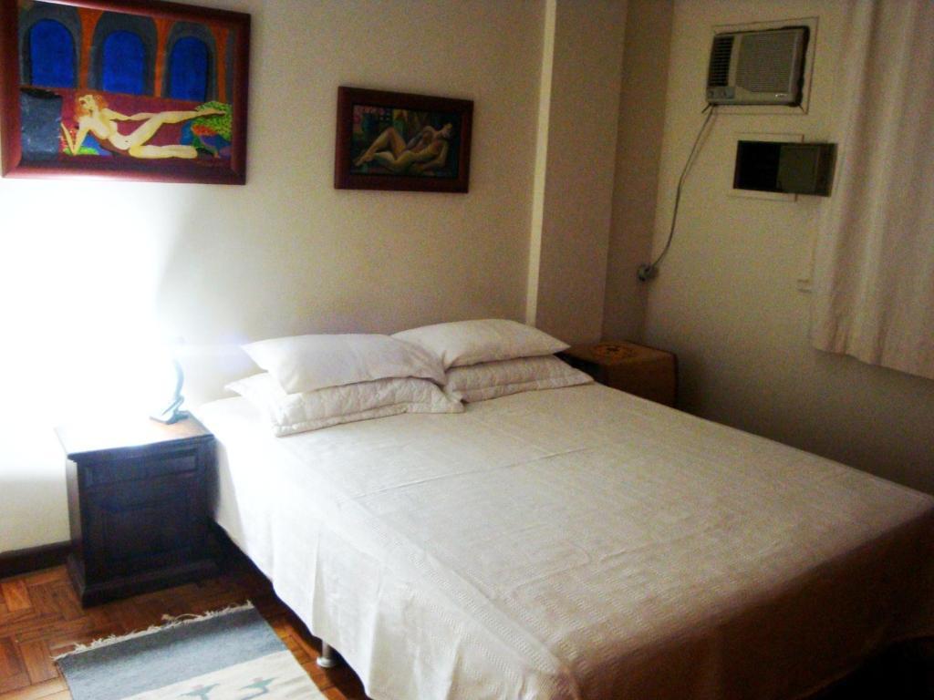 Cama ou camas em um quarto em Apartamentos Copacabana