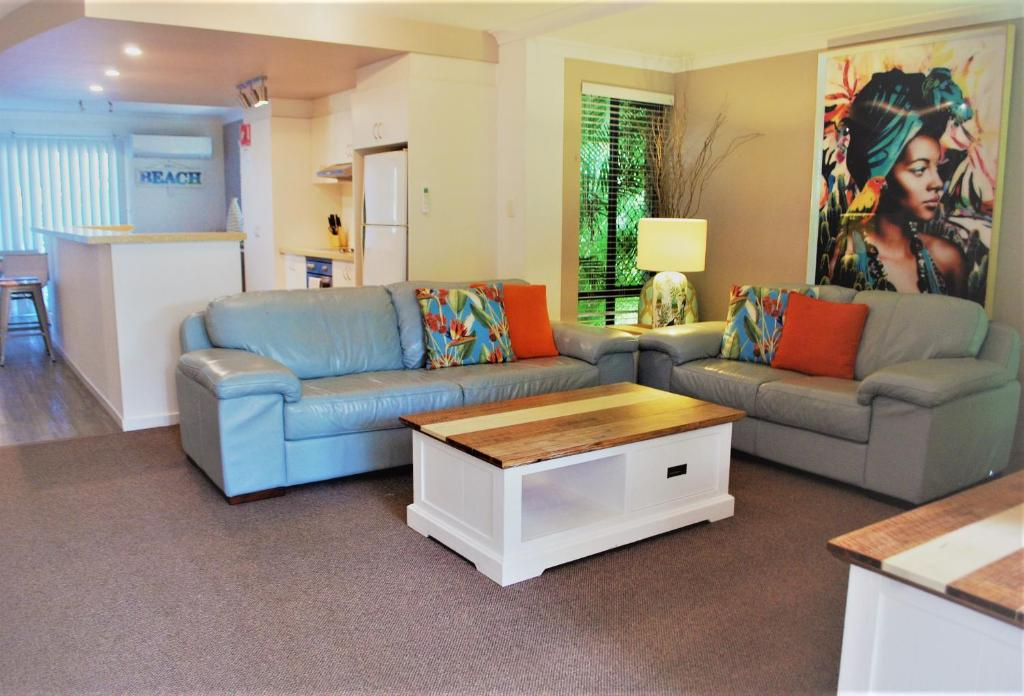 A seating area at Outrigger Bay