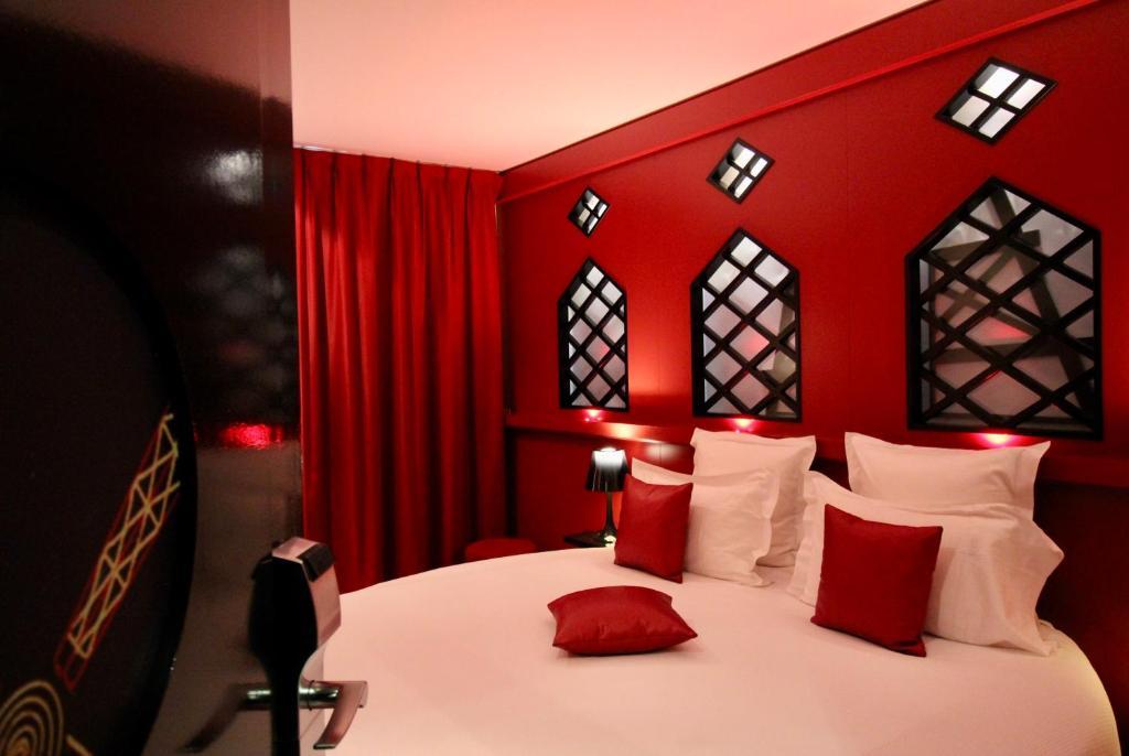 A bed or beds in a room at Secret de Paris - Hotel & Spa