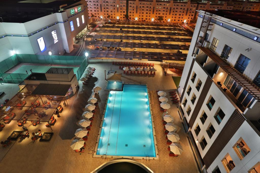 Uitzicht op het zwembad bij Hili Rayhaan by Rotana of in de buurt