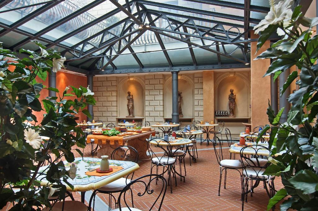 A restaurant or other place to eat at Hotel Alba Palace