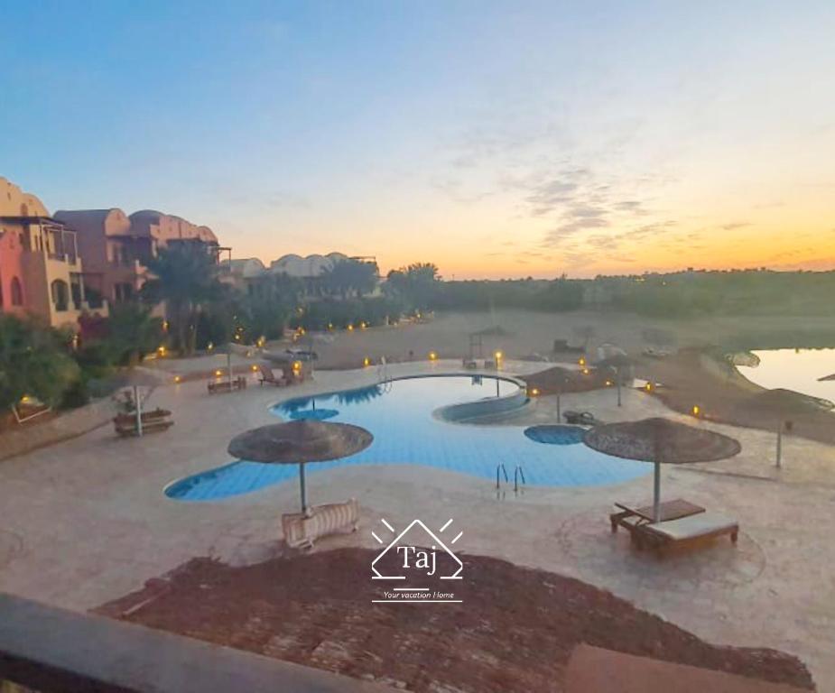 Vaizdas į baseiną apgyvendinimo įstaigoje Taj Home, Amazing pool and lagoon view 2bedrooms apartment arba netoliese