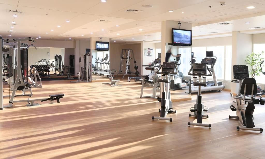 The fitness centre and/or fitness facilities at Millennium Plaza Hotel