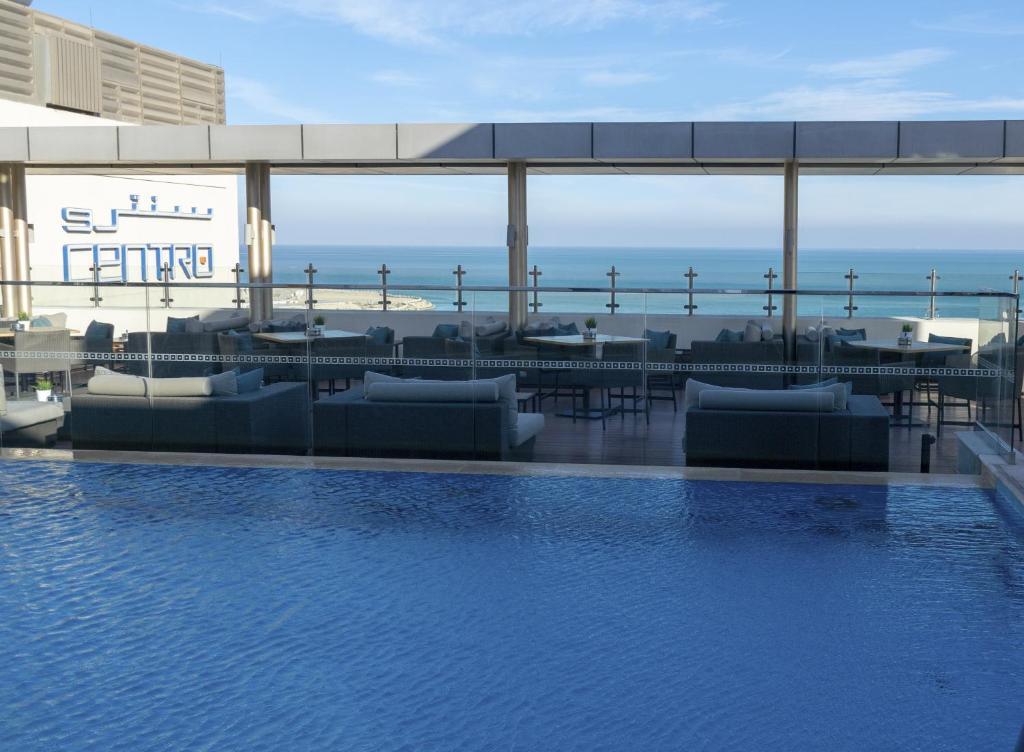 المسبح في Centro Corniche Al Khobar by Rotana أو بالجوار