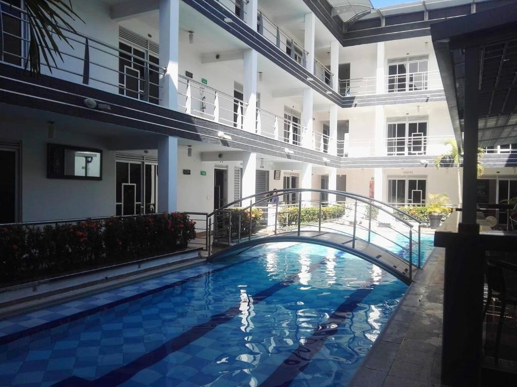 Бассейн в Confort Plaza Hotel или поблизости