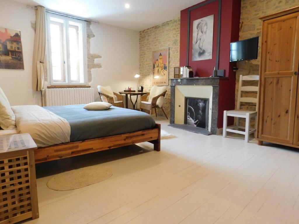 A bed or beds in a room at Chambre d'Hôtes les 3 Cochons d'Olt