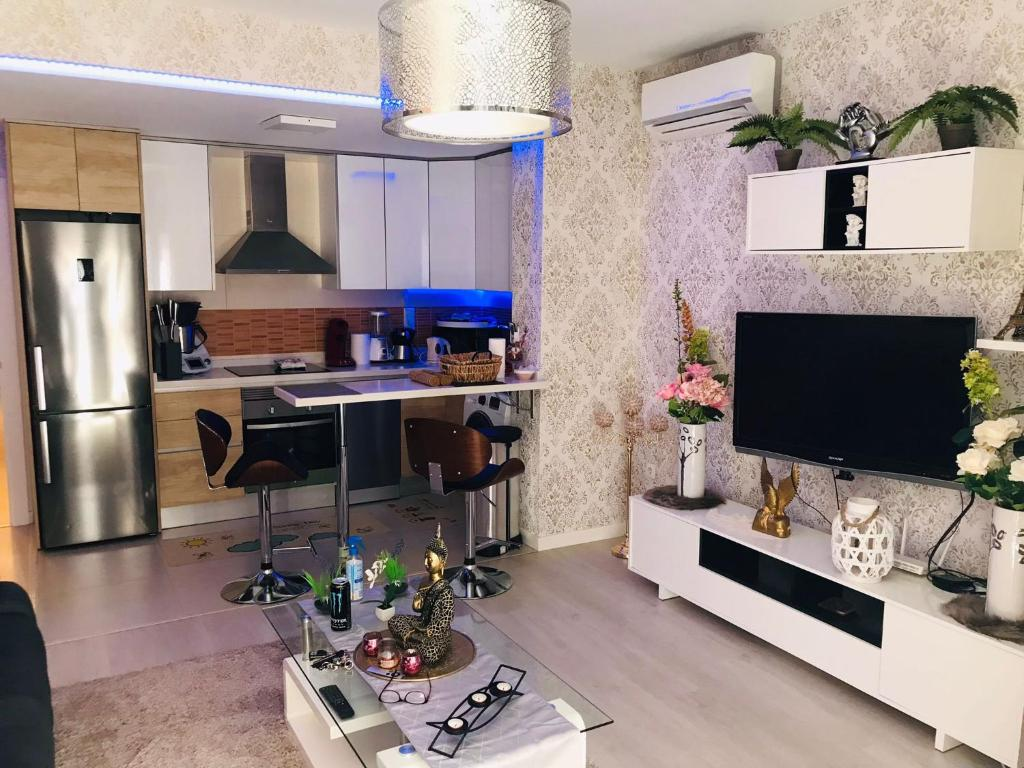 A television and/or entertainment center at PISO VACACIONAL- EL ALTET