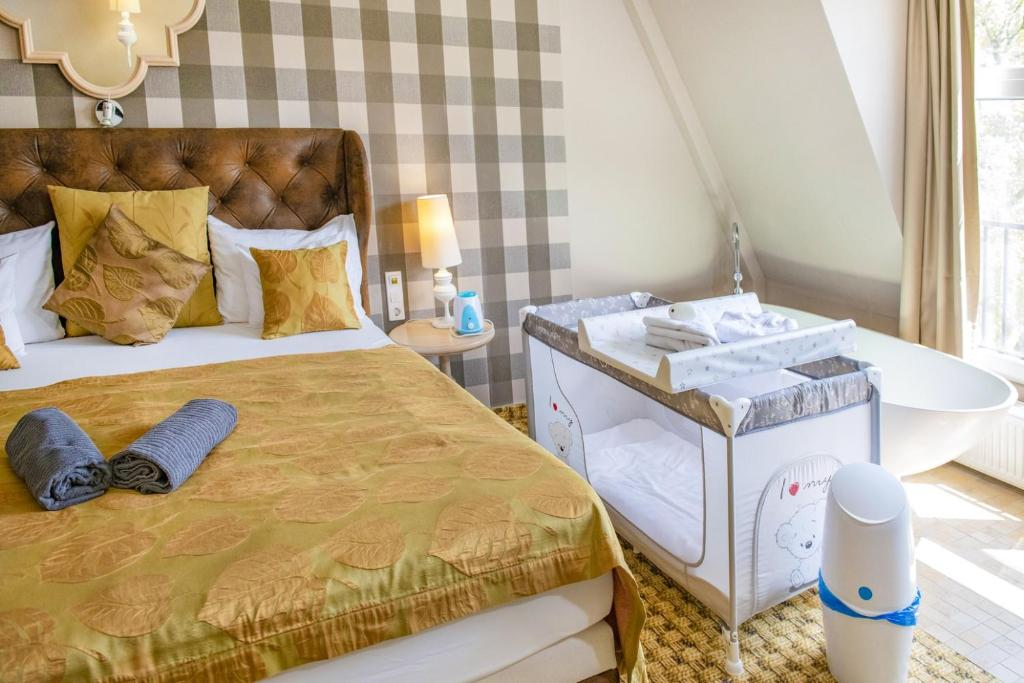 A bed or beds in a room at Oxigén Family Hotel Noszvaj