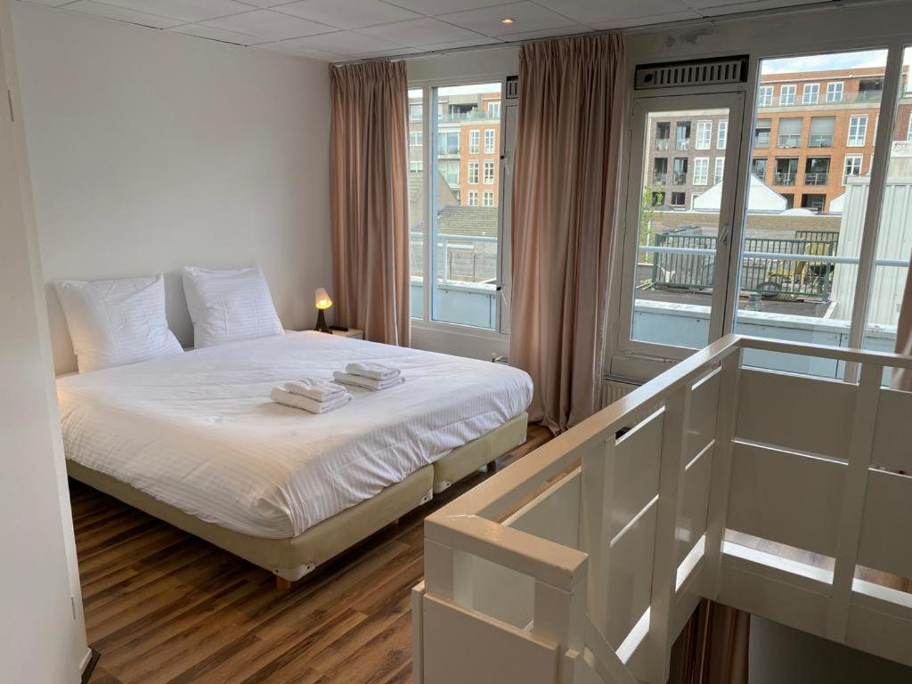 A bed or beds in a room at Hotel de Duif Lisse - Schiphol