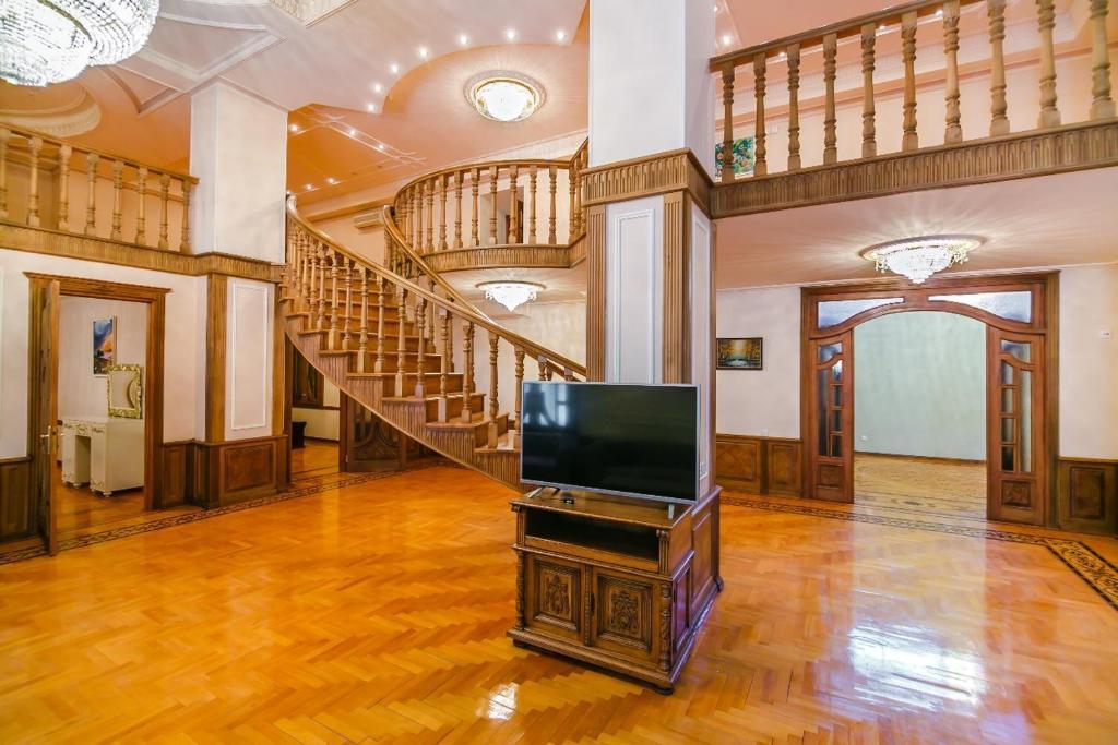 Uma TV ou centro de entretenimento em Orjinal Apartment On Hard Rock Cafe
