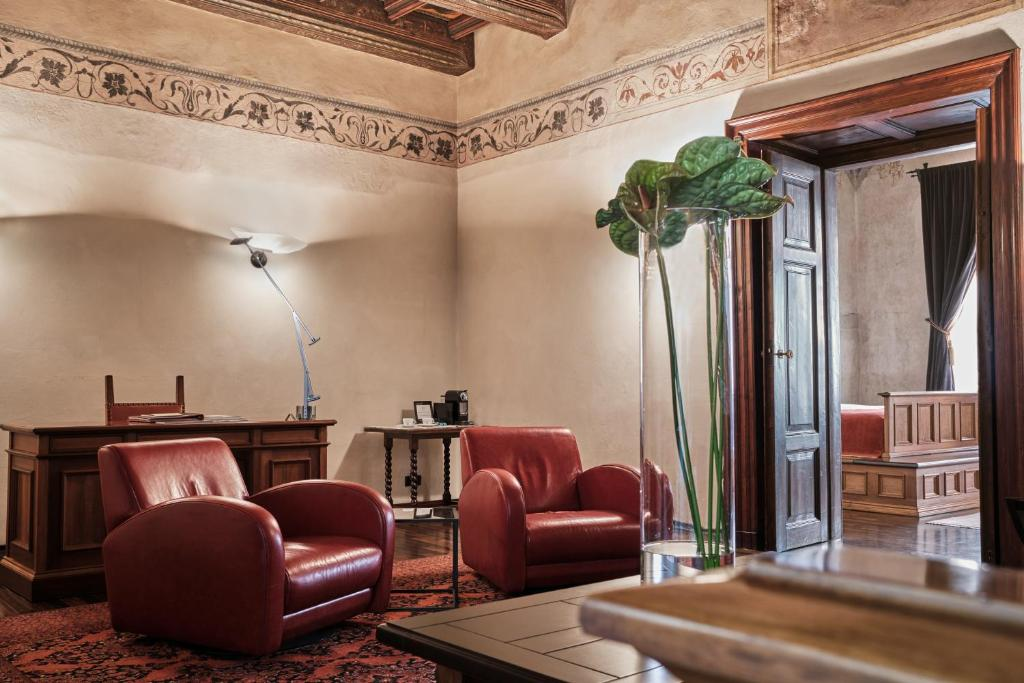 A seating area at Hotel Copernicus