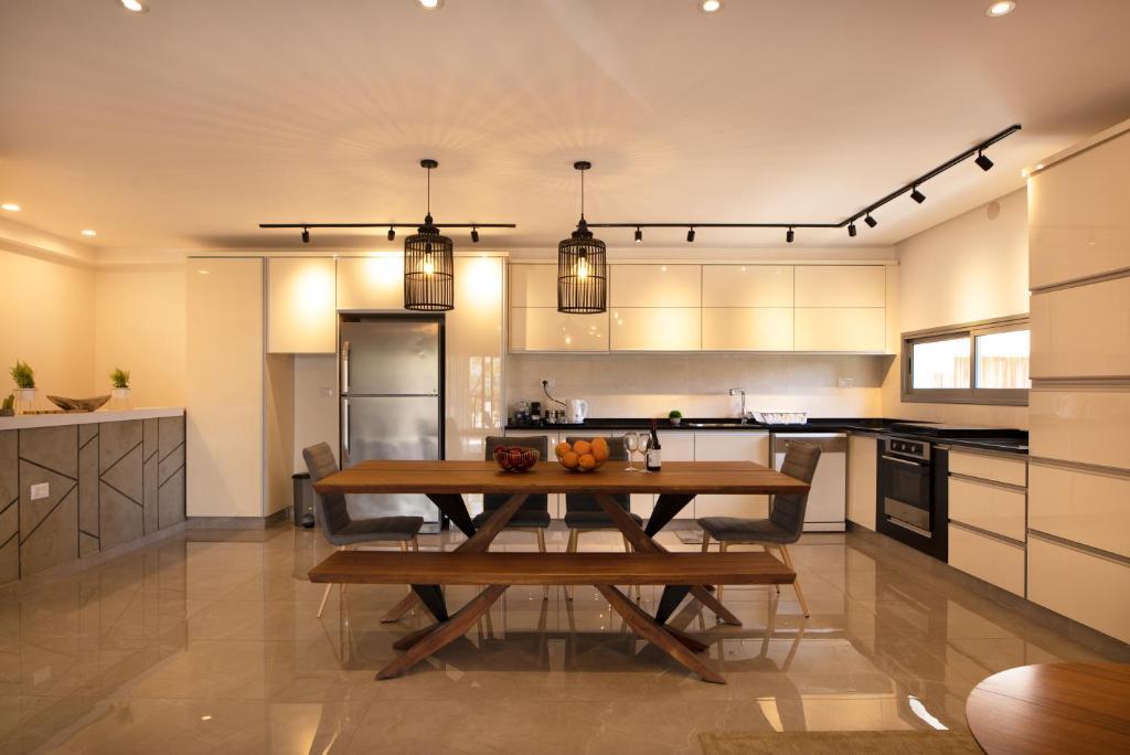 A kitchen or kitchenette at אורה דירות אירוח