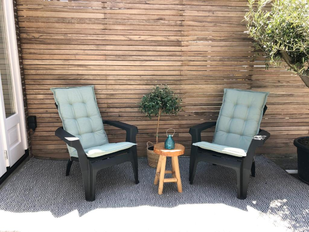 A seating area at Beach House For You - Luxe verblijf, 5 min van het strand
