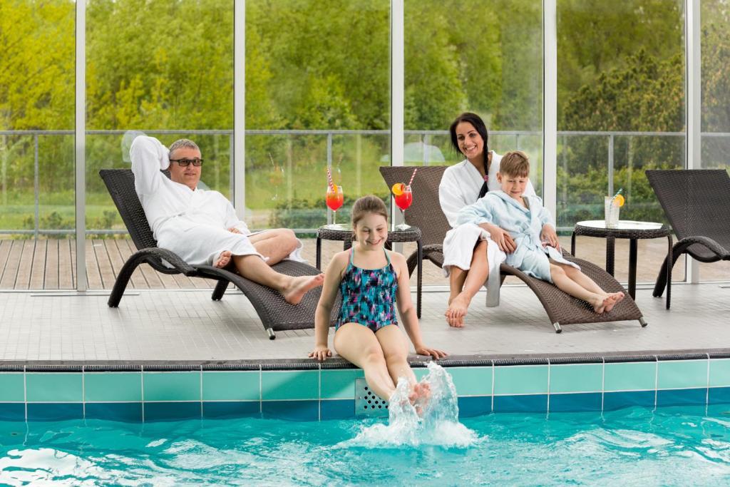 Der Swimmingpool an oder in der Nähe von Strand Spa & Conference Hotel