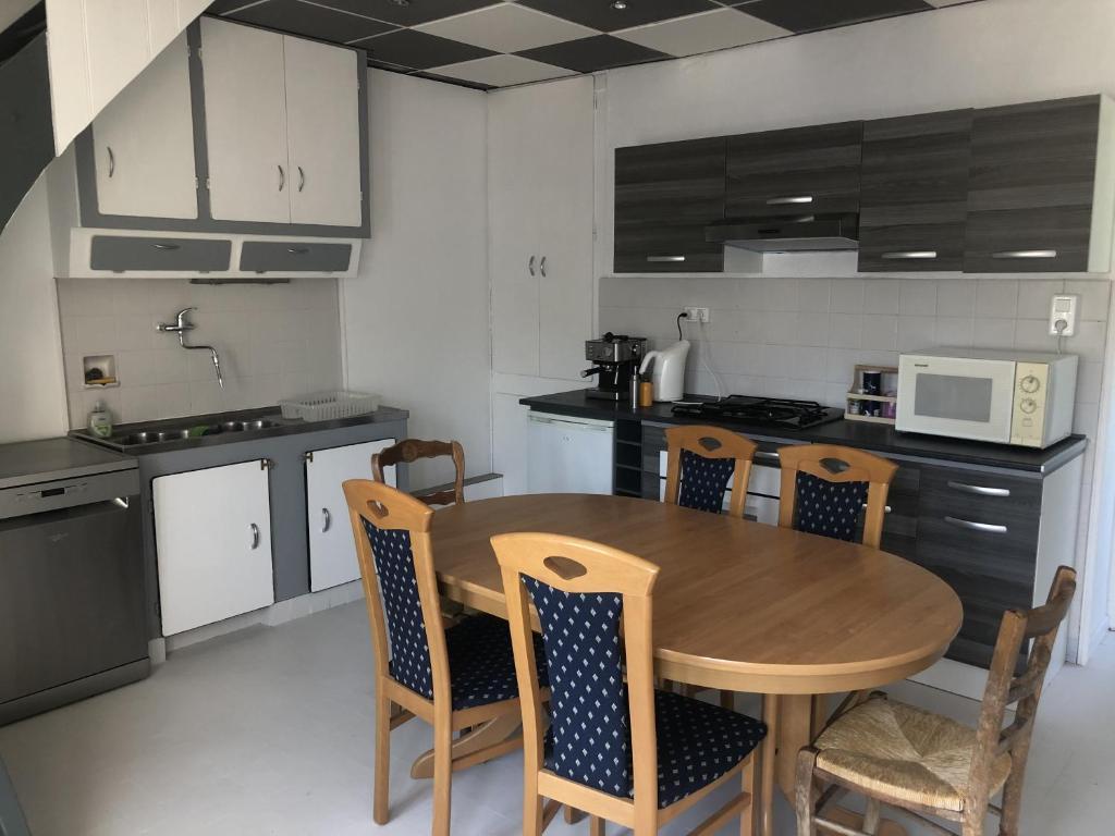 Cuisine ou kitchenette dans l'établissement Chambres individuelles avec partie commune ou logement entier si disponible Via Rhôna