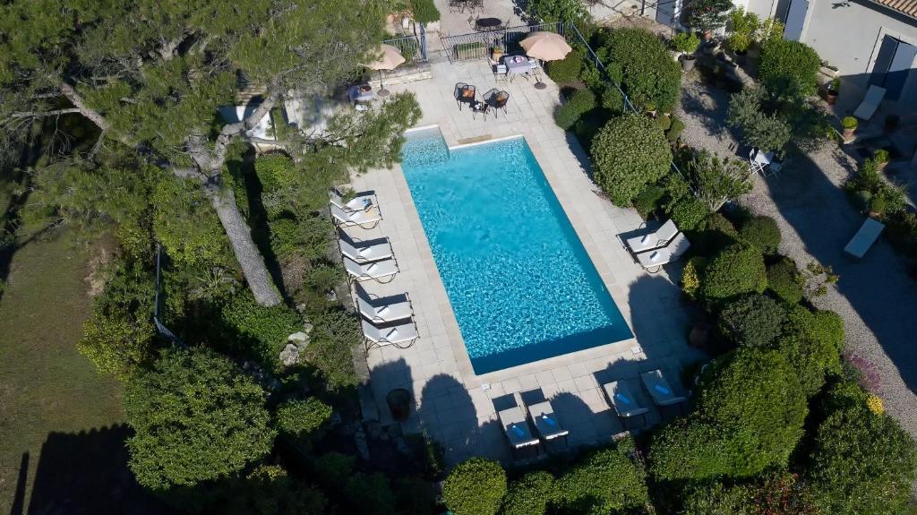 Vue sur la piscine de l'établissement Les Mazets de Marie de Jules ou sur une piscine à proximité