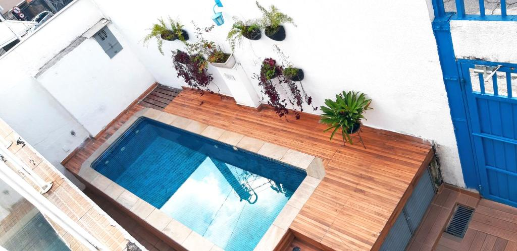 A view of the pool at VivApp Club Suítes or nearby