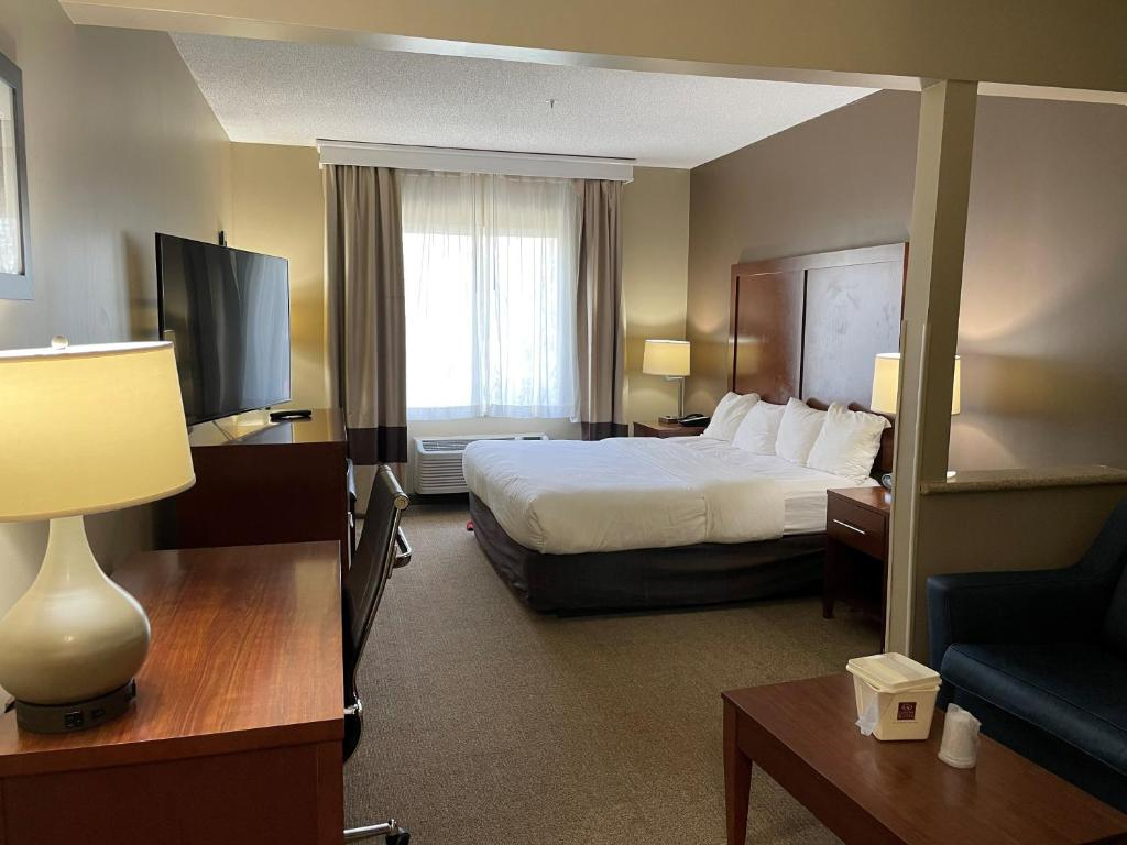 A bed or beds in a room at Comfort Suites Waldorf