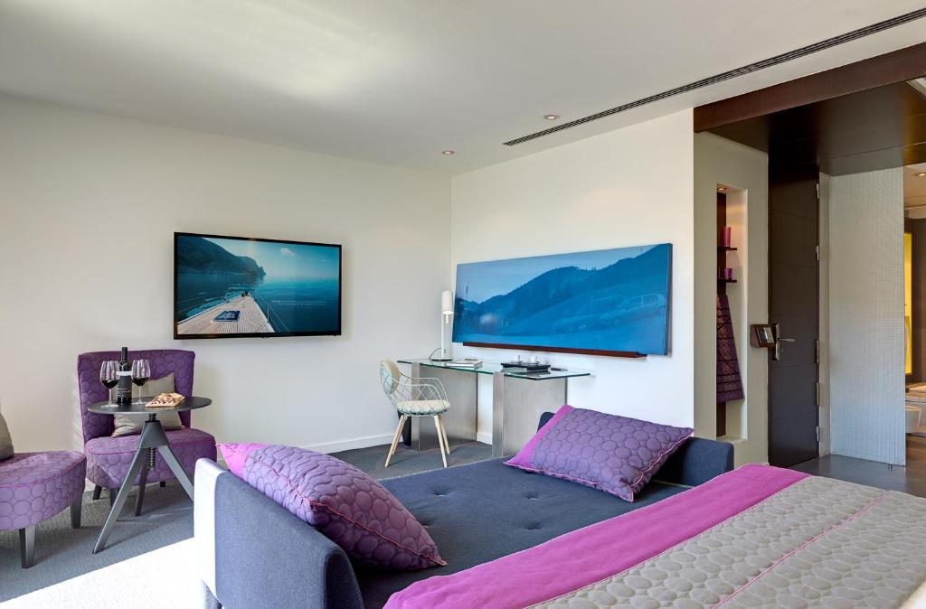 A television and/or entertainment center at Sixtytwo Hotel