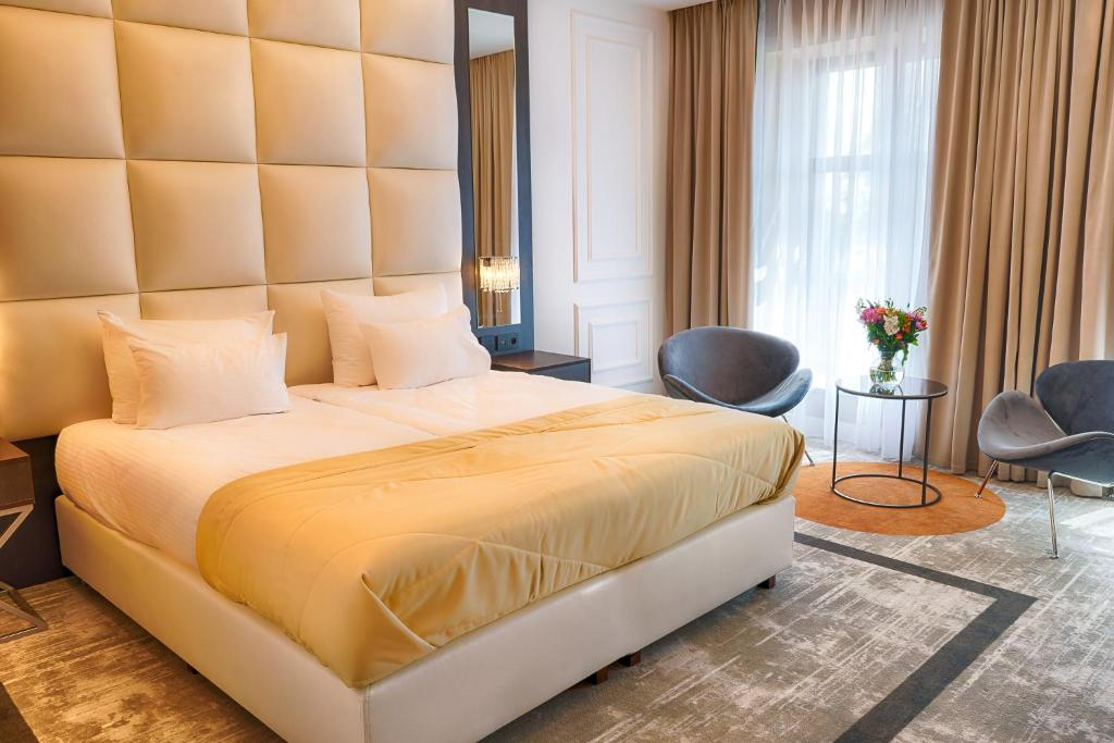 A bed or beds in a room at Grand Focus Hotel Szczecin