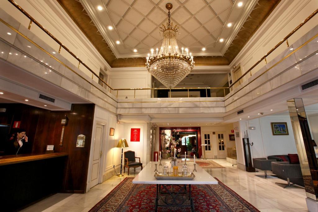 The lobby or reception area at Hotel López de Haro