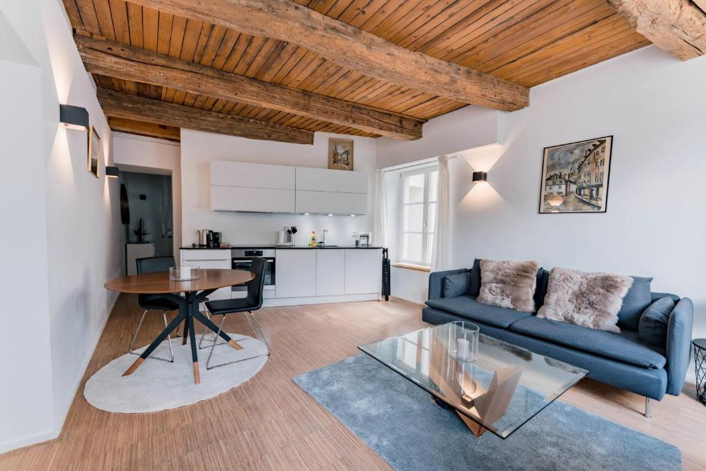 A seating area at Exquisite 1BR Apartment Old Town and Parking