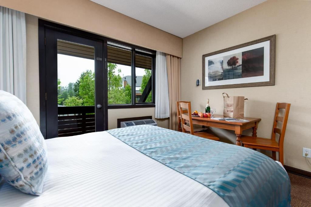 A bed or beds in a room at Blackcomb Lodge