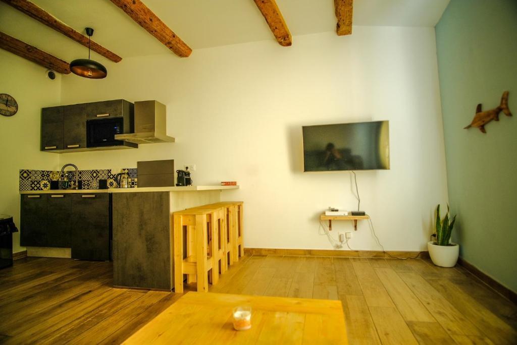 A kitchen or kitchenette at Coeur Panier - Charmant T2 entièrement équipé