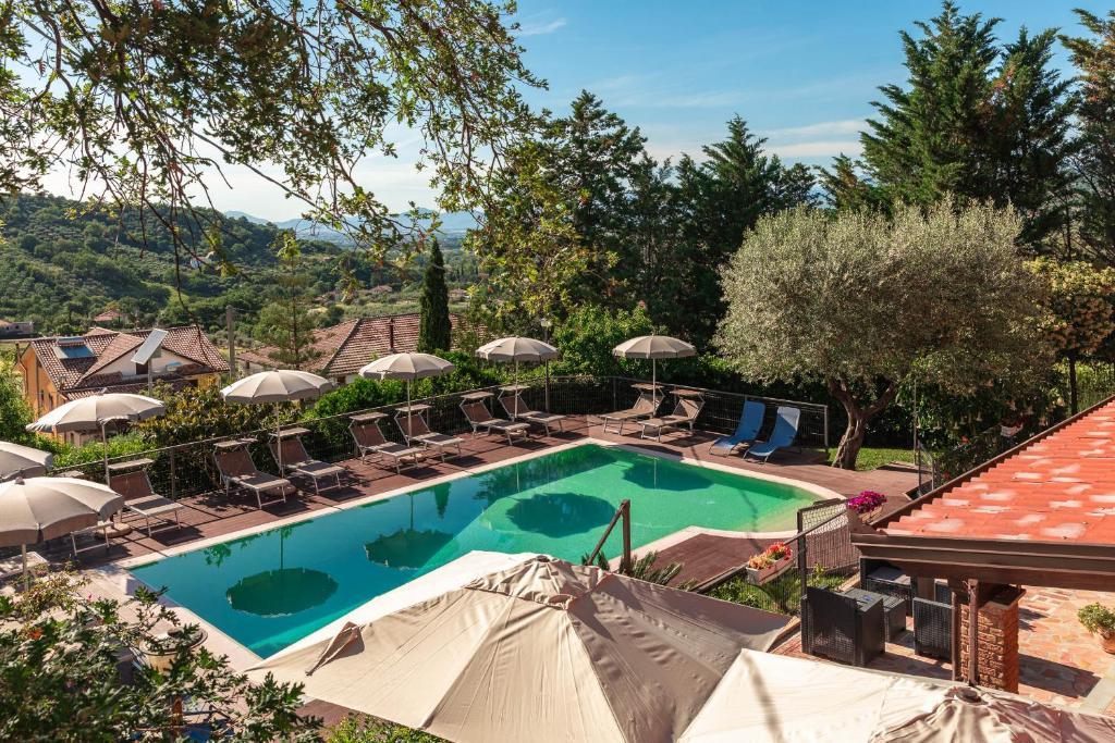 Vista sulla piscina di B&B La Mortella o su una piscina nei dintorni