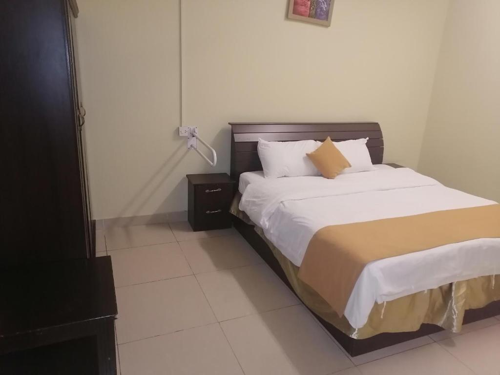Cama ou camas em um quarto em الغويلي للشقق المفروشه