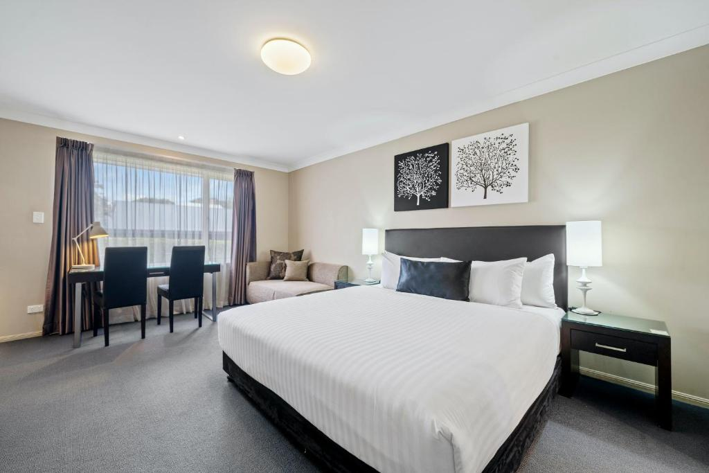 A bed or beds in a room at Ambassador On Ruthven