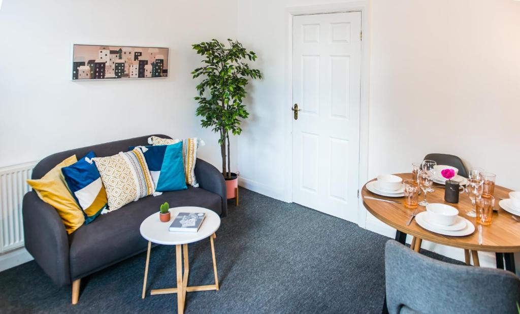 A seating area at Ranby House - Cosy 2 Bed Home With Free Parking & Netflix by RocketBnB