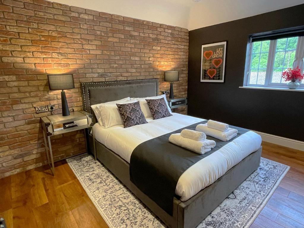 A bed or beds in a room at 'The Loft'