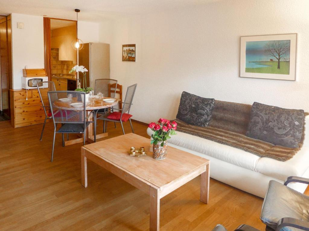 A seating area at Apartment Les Faverges-1