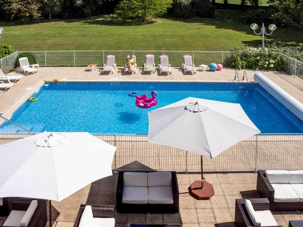 A view of the pool at Novotel Bayeux or nearby