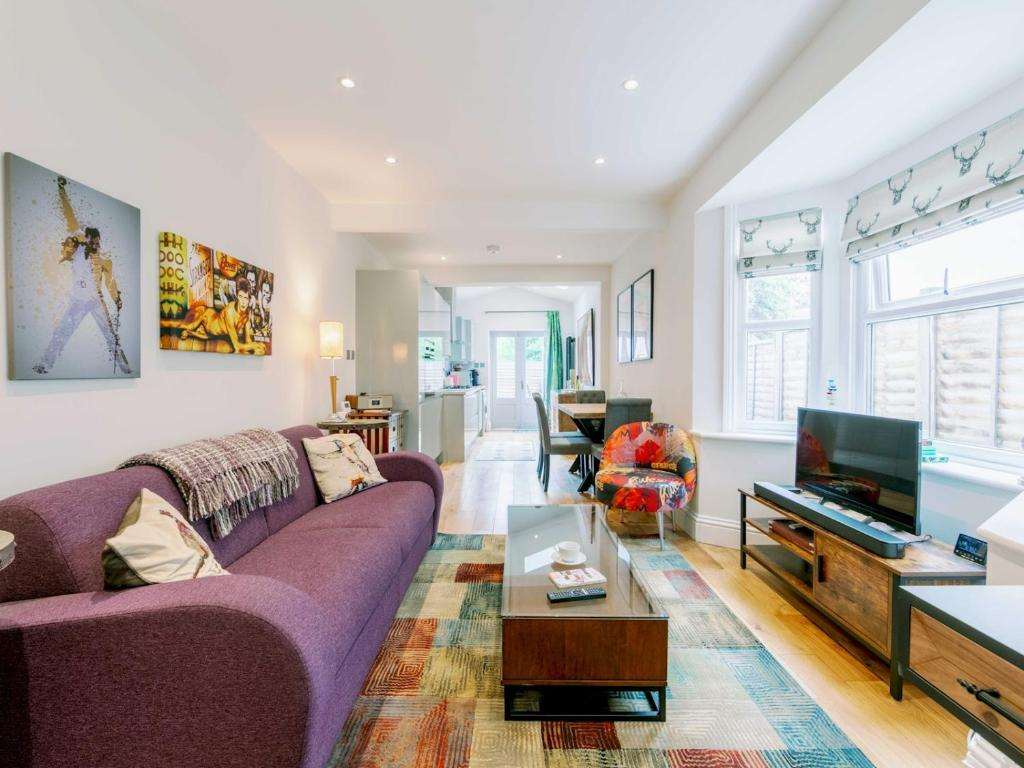 A seating area at Pass the Keys Recently renovated 1BR flat with private garden in South London