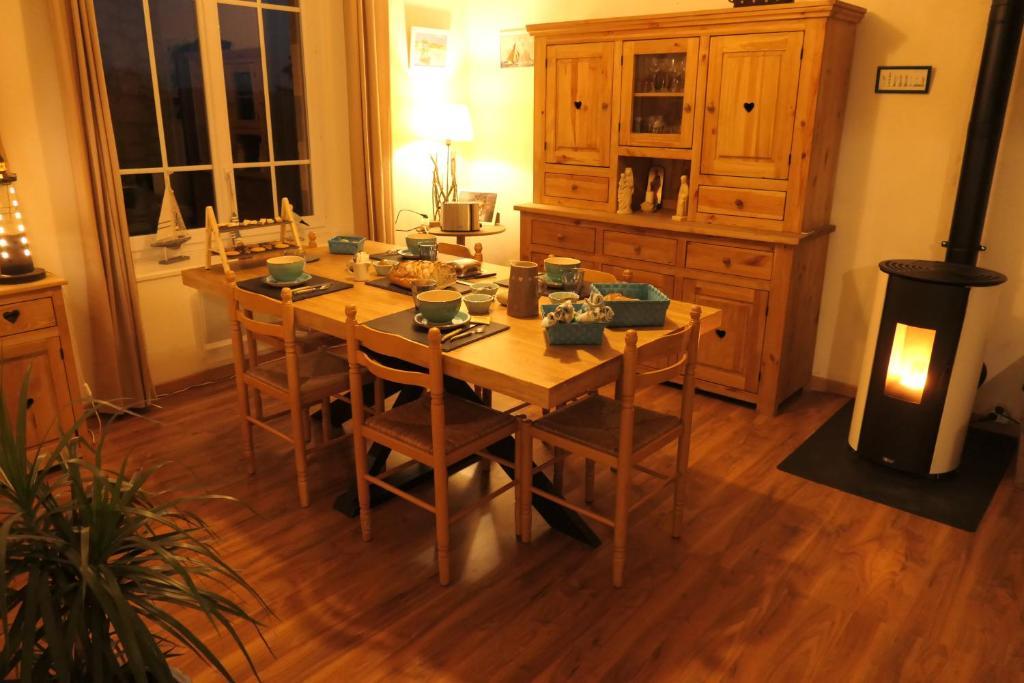 Restaurant ou autre lieu de restauration dans l'établissement Ty Levenez, chambres d'hôtes avec vue sur les Monts d'Arrée