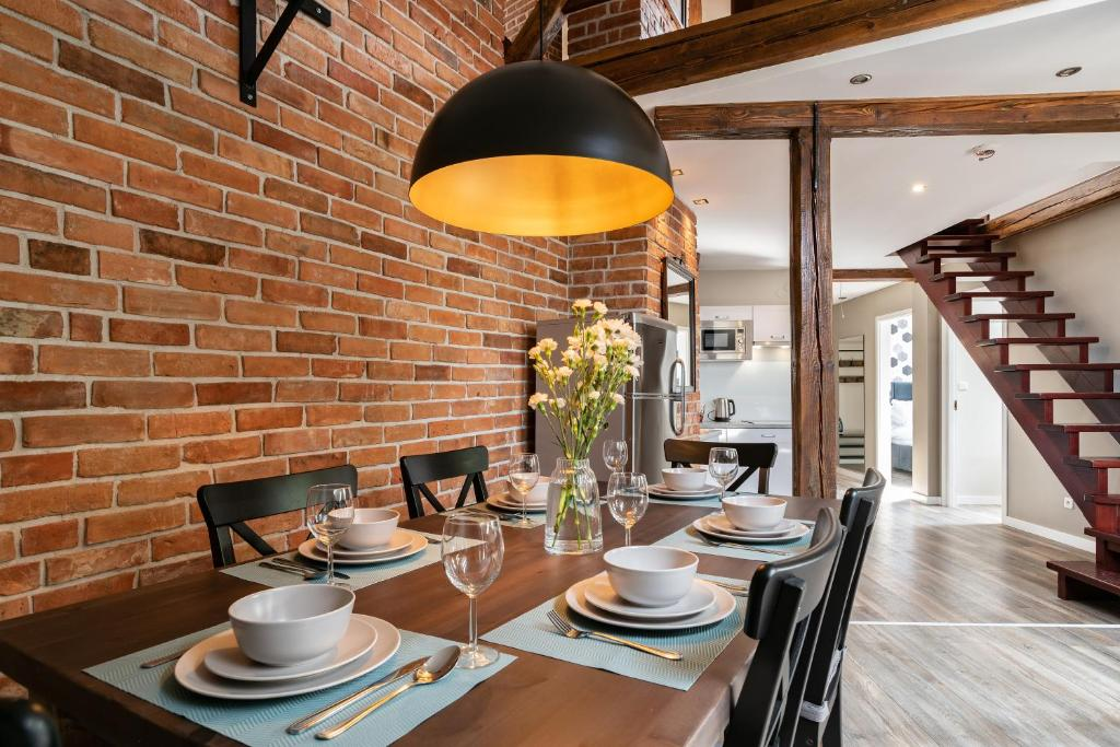 A restaurant or other place to eat at be HAPPY Apartments