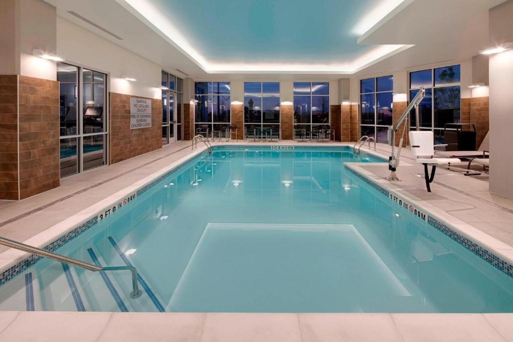 The swimming pool at or near Courtyard by Marriott Atlanta Vinings/Galleria