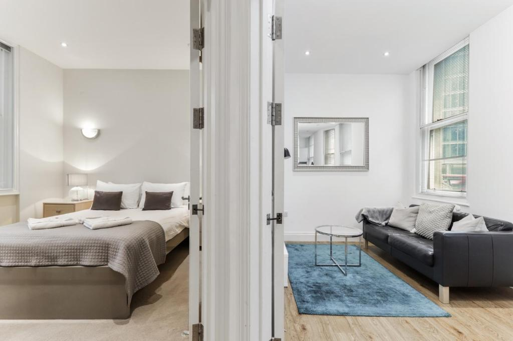 A bed or beds in a room at Cosy 1 Bed Apartment next to Liverpool Street Station FREE WIFI By City Stay London