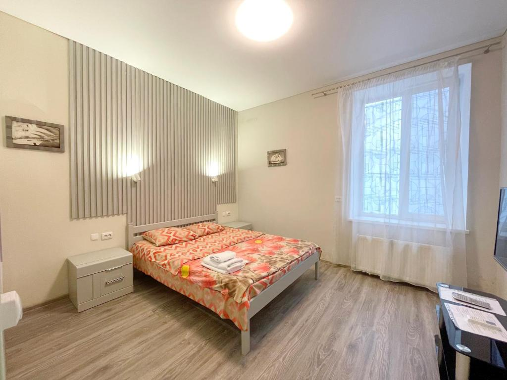A bed or beds in a room at Apartment Ekaterinenskaya 14